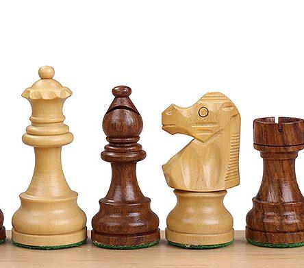 Indiske sjakkbrikker i akasie med fransk springer