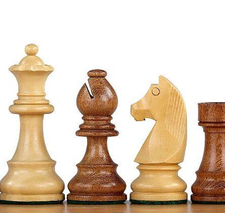 Indiske sjakkbrikker i akasie med tysk springer
